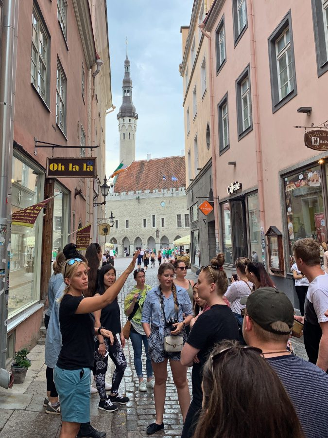 jobs that pay you to travel tour guide